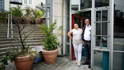 Markus Bleichenbacher (Gynäkologe) und Graziella Bracone (Embryologin) in den Räumlichkeiten des ÄrztehausesCham an der Lorze. (Bild: Stefan Kaiser, Cham, 11. Juli 2019)