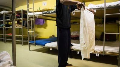 Im Jahr 2015 mussten viele Asylsuchende in Zivilschutzanlagen untergebracht werden. Heute sind selbst die regulären Unterkünfte längst nicht ausgelastet.(Bild: Gian Ehrenzeller, Keystone (12. November 2015))