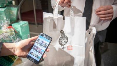 Diverse Restaurants, Bäckereien oder Detailhändler verkaufen Lebensmittel, die kurz vor Ablaufdatum stehen, über die App «Too Good To Go». (Bild: Urs Bucher)