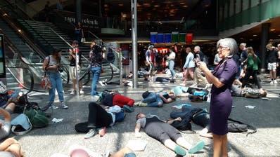 Und plötzlich «sterben» Dutzende: Klima-Streik-Aktion verwirrt Passagiere in Kloten