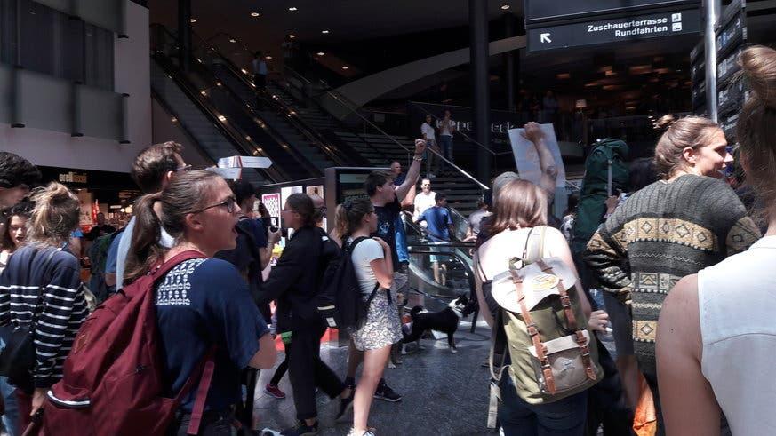 Später skandierten die Aktivisten Parolen in Sprechchören. (Bild: flugstreik.earth)