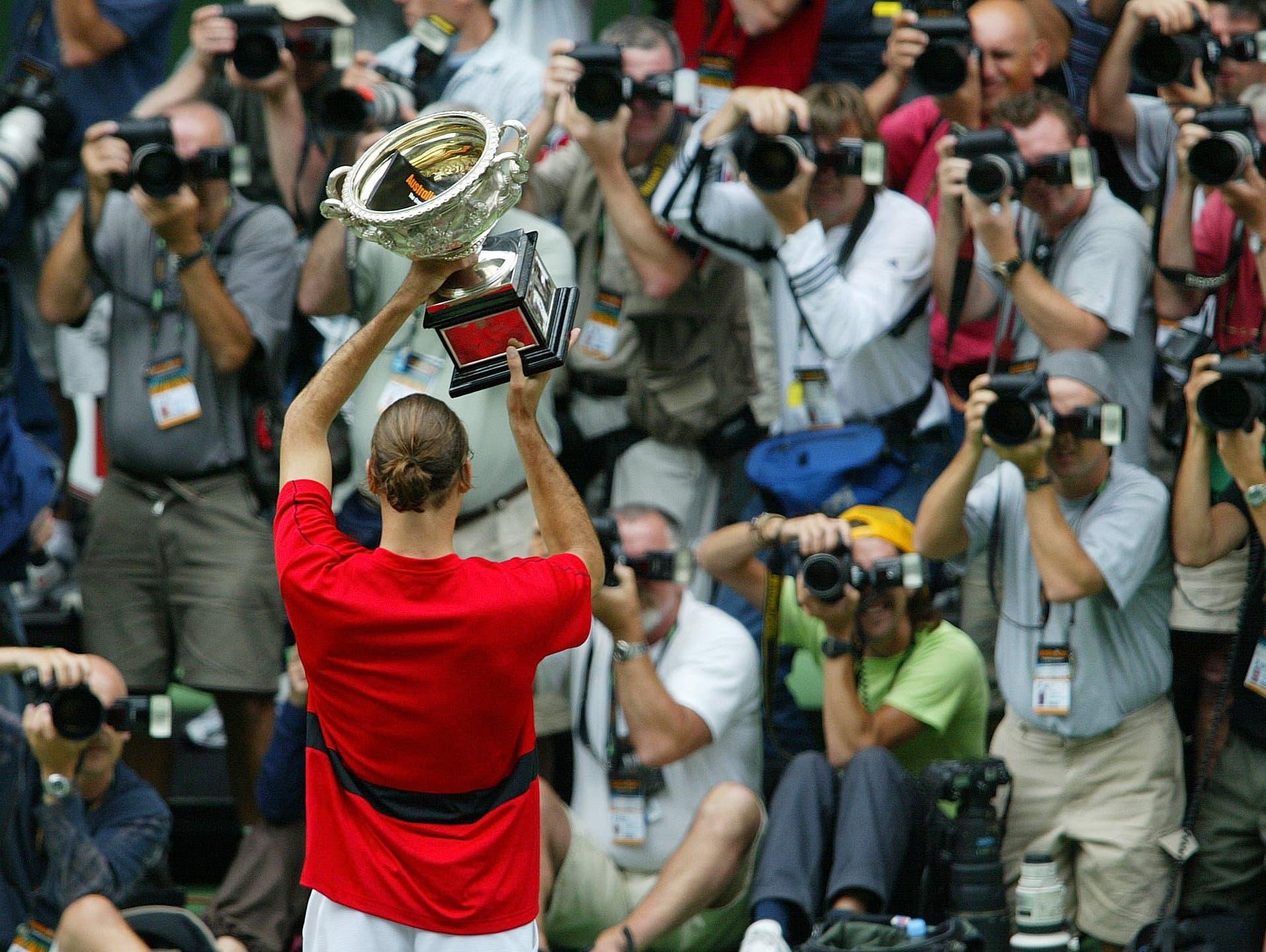 Australian Open 2004: Federer s. Safin 7:6 (7:3), 6:4, 6:2Mit dem Halbfinal-Sieg gegen Ferrero löst Federer diesen als Weltranglistenersten ab. Mit Hewitt und Safin besiegt er auf dem Weg zum ersten Melbourne-Triumph zwei ehemalige Spitzenreiter. «Das ist der Riesensprung in meiner Karriere. Selbst im Finale blieb ich ruhig. Seit einem Jahr habe ich das Gefühl, dass ich grosse Turniere gewinnen kann», sagt Federer. «Höher geht es nicht. Jetzt ist es wichtig, da zu bleiben.»