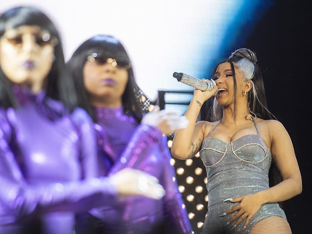 Bunte Show: Die amerikanische Rapperin Cardi B am Openair Frauenfeld. (Bild: KEYSTONE/ENNIO LEANZA)