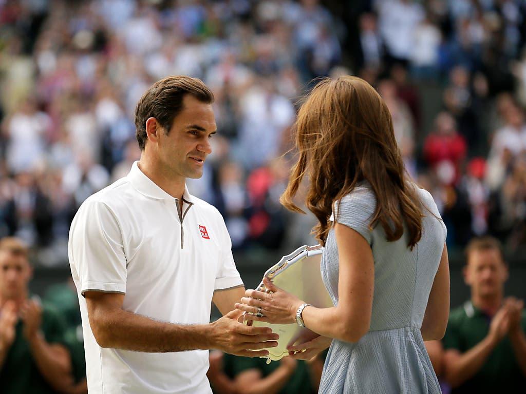 Herzogin Kate überreichte Federer die Schale für den Verlierer des Finals (Bild: KEYSTONE/AP/TIM IRELAND)