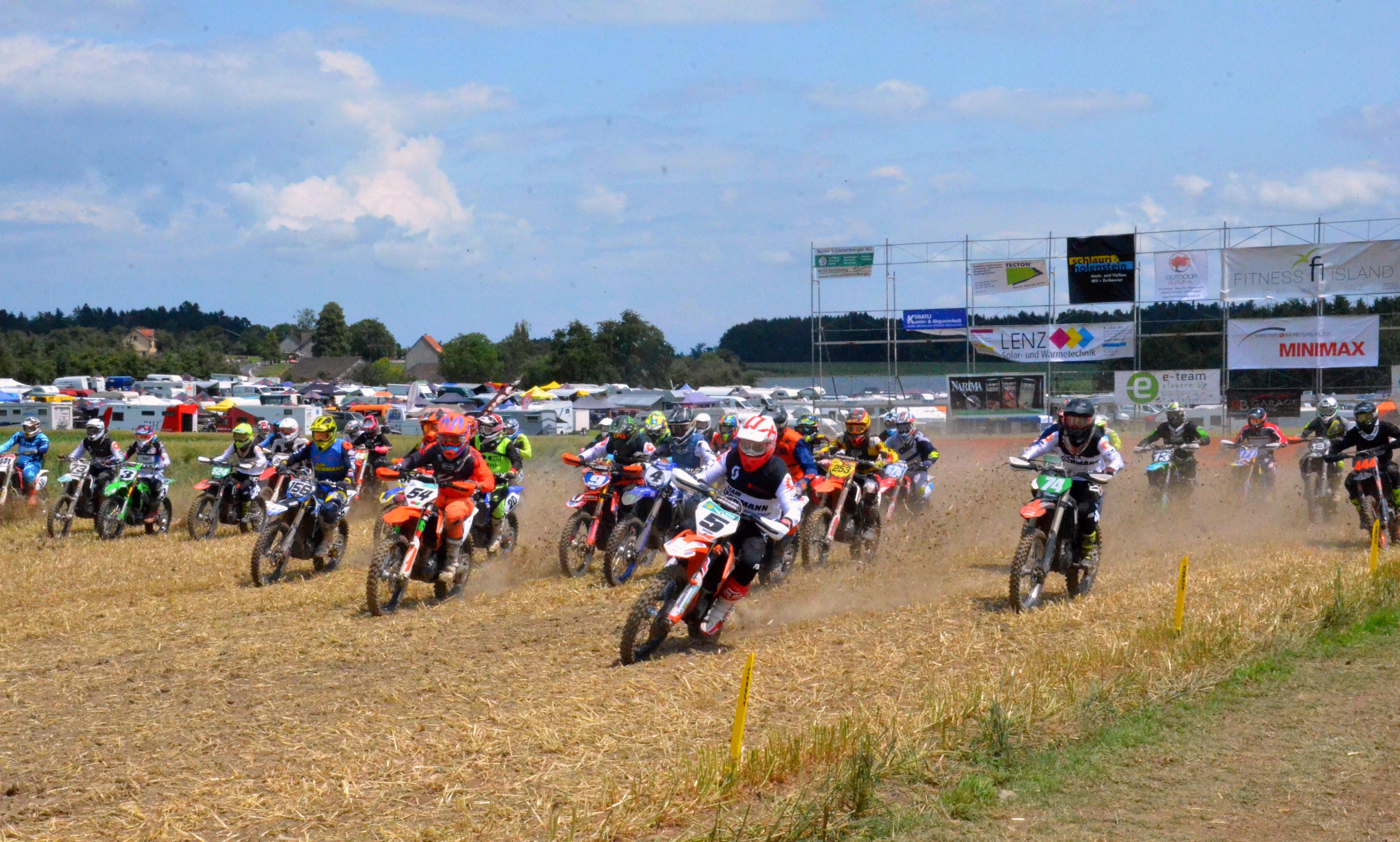 Kurz nach dem Start ist das Fahrerfeld noch beisammen. Dies änderte sich von Runde zu Runde.