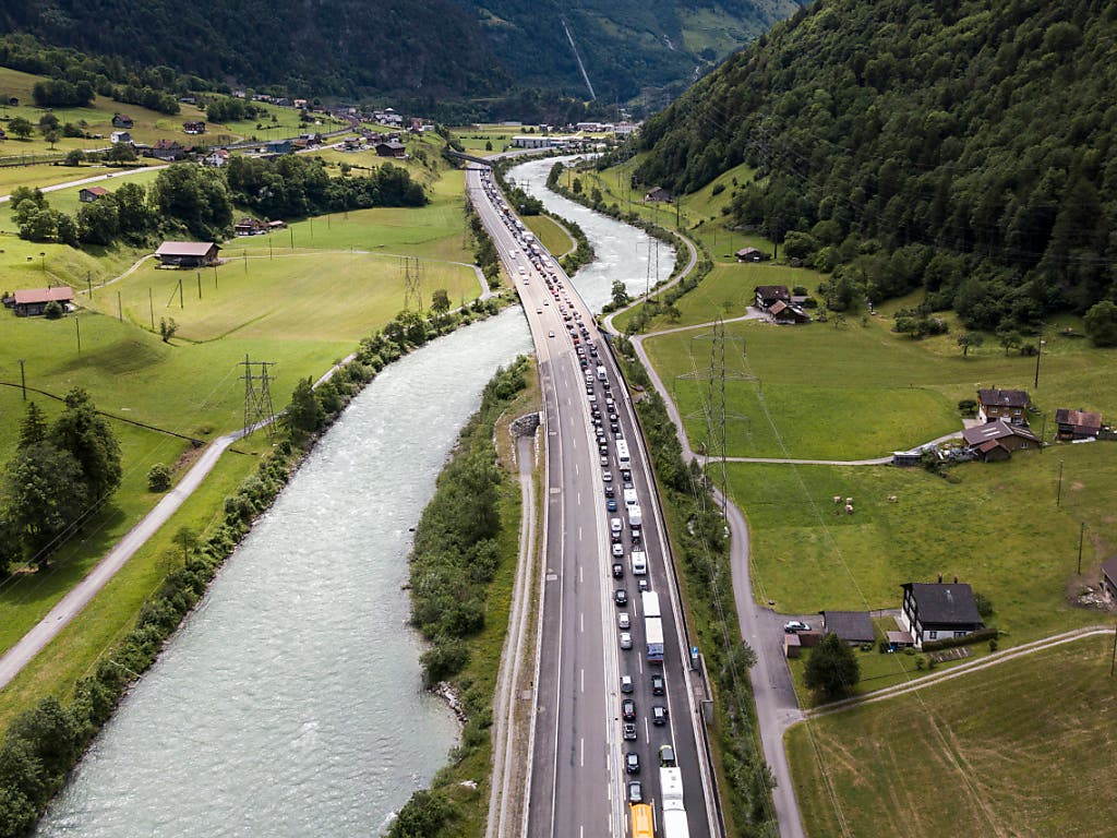 Bis zu 13 Kilometer Stau am Gotthard in Richtung Süden. (Bild: KEYSTONE/SARAH ENNEMOSER)