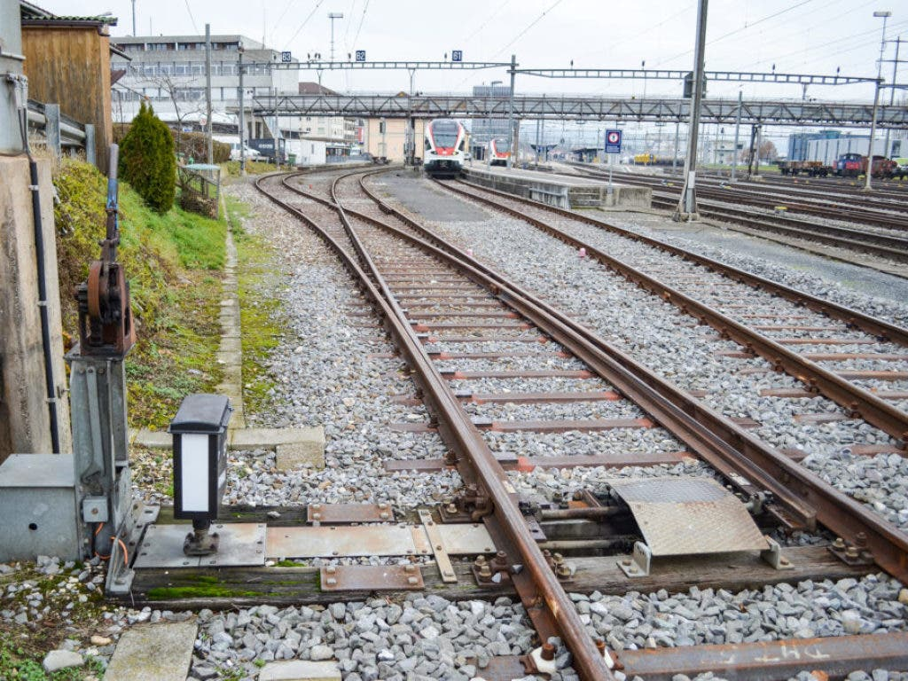 Diese Weiche liegt im Moment noch in Delsberg JU. Für 18'000 Franken ist sie ab November 2019 zu haben. (Bild: www.sbbresale.ch)