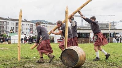 2017 machte der Regen den Appowila Highland Games einen Strich durch die Rechnung. Für 2019 erhofft sich der Vizepräsident des Vereins, Thomas Aldrian, strahlenden Sonnenschein. (Bild: Hanspeter Schiess (2. September 2017))
