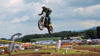 Spektakuläre Sprünge verblüffen die Fans. Rund 400 Fahrer starteten am siebten Motocross in Zuckenriet am vergangenen Wochenende. (Bilder: Christoph Heer)