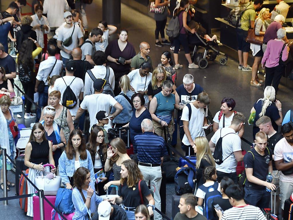 Hohe, aber keine Rekord-Passagierzahlen zum Auftakt der Sommerferien auf dem Flughafen Zürich. (Bild: KEYSTONE/WALTER BIERI)