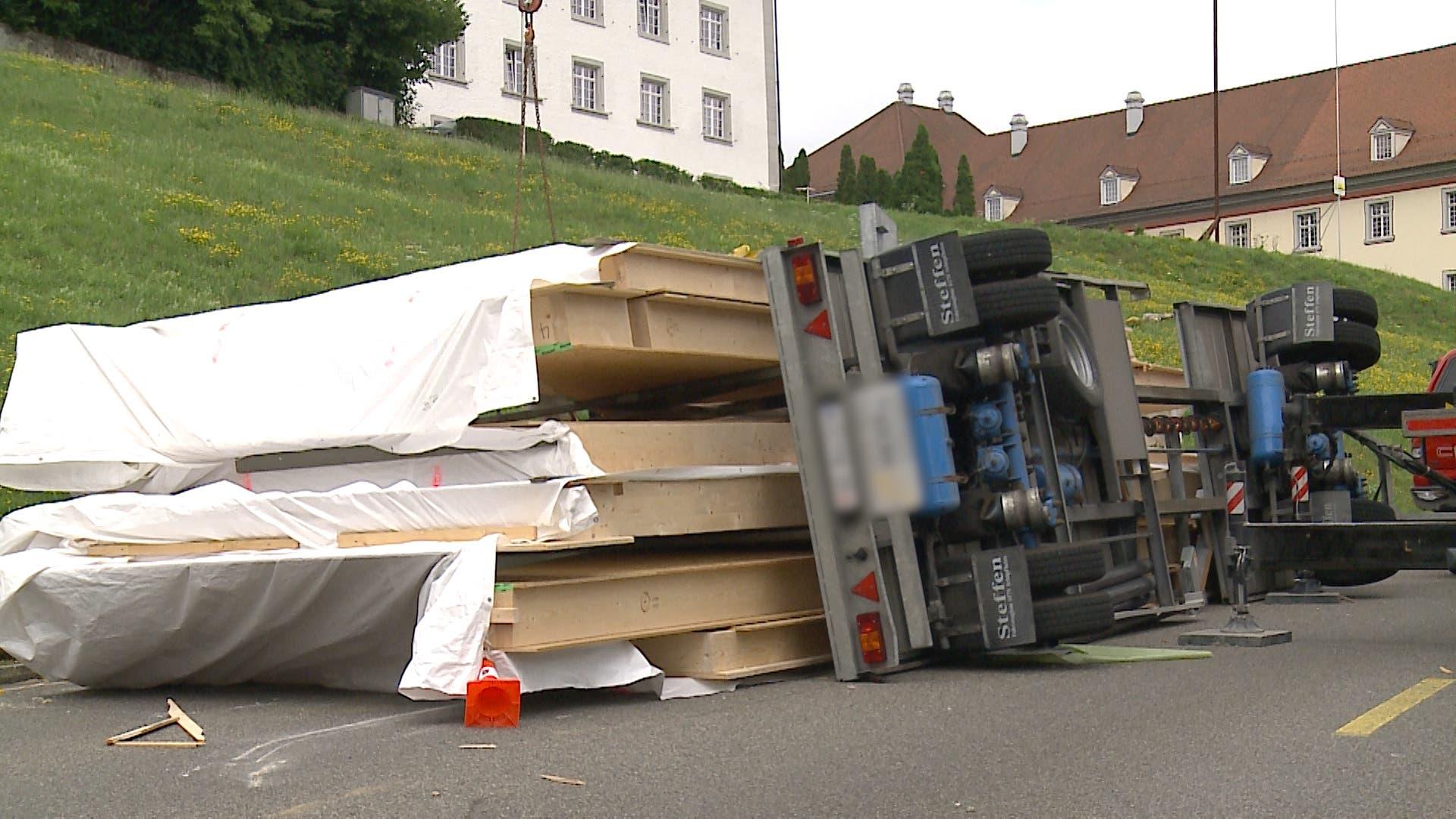 Der Anhänger war mit tonnenschweren Holzelemente beladen. (Bild: Tele M1)