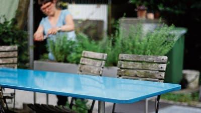 Mein Lieblingsgegenstan: Ein blauer Alinea-Tisch für gemütliche Gartenfeste. Bild: Stefan Kaiser (Zug, 9. Juli 2019)