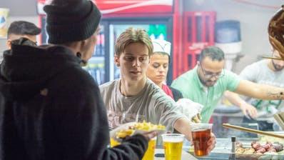 Wer sich in der neuen Saison im Kybunpark mit Bier eindeckt, muss mehr dafür berappen. (Bild: Urs Bucher)
