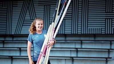 Ronja Wengi auf der Zuger Leichtathletik-Anlage: Die Steinhauserin ist für die Olympischen Spiele in Aserbaidschan bestens ausgerüstet. Bild: Stefan Kaiser (Zug, 15. Juli 2019)