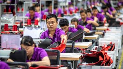Chinesische Arbeiterinnen und Arbeiter in einer Fabrik für Kinderbekleidung. (Bild: Aleksandar Plavevski/Keystone (Dongguan, 7. Mai 2019))