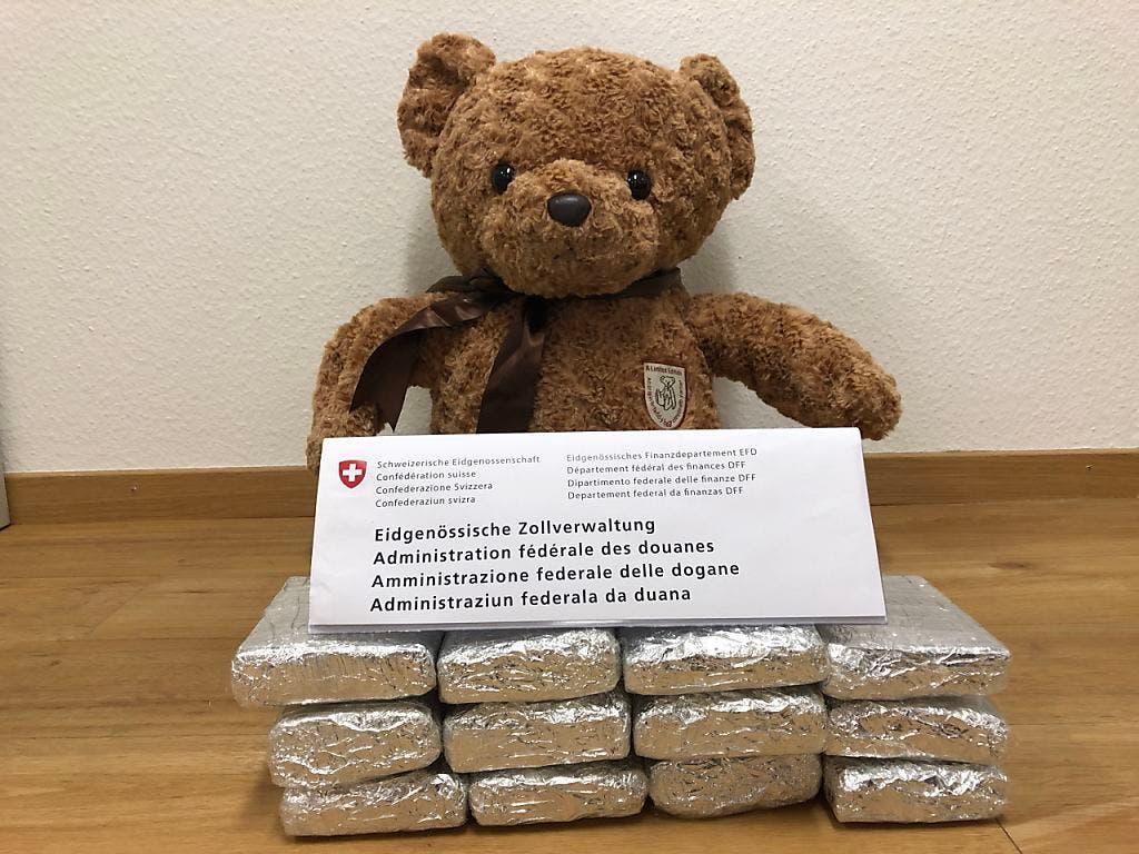 Am Flughafen Zürich wurde ein Teddybär abgefangen, dem rund drei Kilogramm Marihuana in Kopf und Bauch eingenäht wurden. (Bild: Eidgenössische Zollverwaltung)