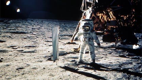 Astronauten Edwin 'Buzz' Aldrin am 20. Juli 1969 auf dem Mond neben einem Experimentenaufbau zur Erforschung des Sonnenwinds. (Bild: Keystone/NASA)