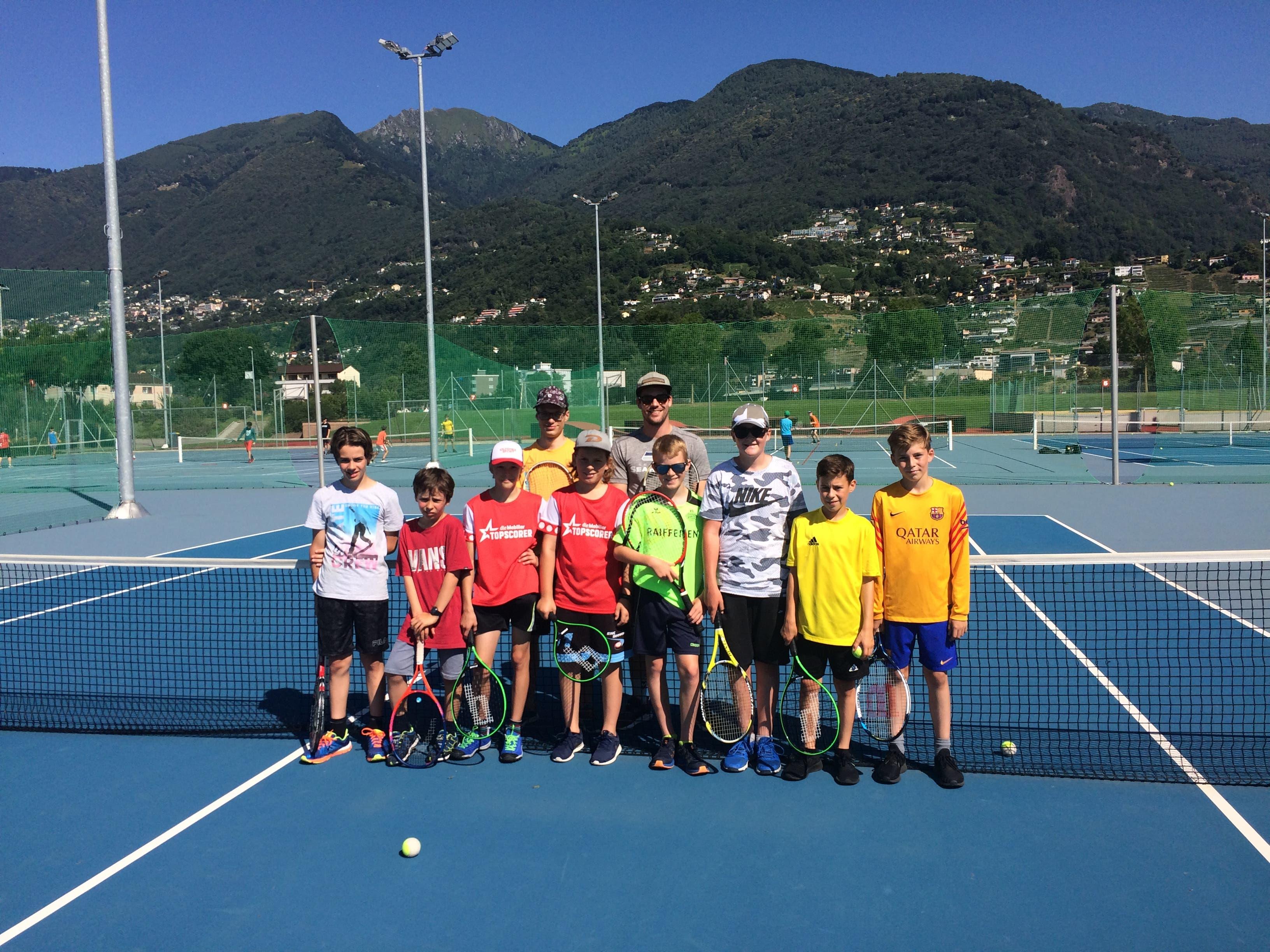 76 sportbegeisterte Urner Fünft- und Sechstklässler nehmen am kantonalen Urner Polysportlager im Centro Sportivo Tenero teil. Tennis ist eine der angebotenen Sportarten.