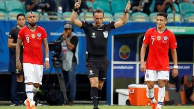 Das Unbehagen, wenn der Schiedsrichter ein Rechteck in den Himmel zeichnet, man sieht es in den Gesichtern von Arturo Vidal (links) und Alexis Sanchez (rechts). (Bild: Keystone)