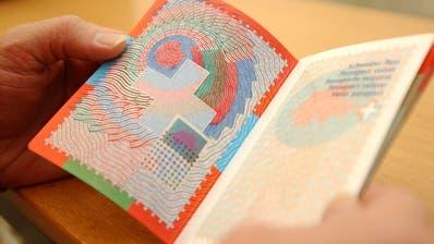 Wer den Schweizer Pass will beziehungsweise sich in einer Gemeinde einbürgern lässt, muss nicht alles von sich preis geben. (Bild: Nana do Carmo)