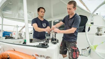 Die Brüder Lukas und Damian Ruppenbei letzten Feinarbeiten auf dem Katamaran. (Bild: Reto Martin)