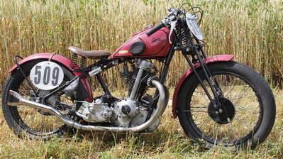 Hugo Stofer hat sein Motorrad aus den Teilen von zwei Motorräder gebaut. (Bild: Fränzi Göggel)