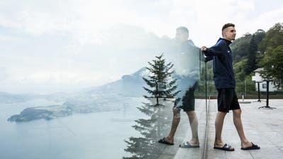Julien Wanders posiert vor dem Leichtathletik-Meeting von Luzern für die Fotografen auf dem Bürgenstock.(Bild: Keystone/Alexandra Wey, Bürgenstock, 8. Juli 2019)