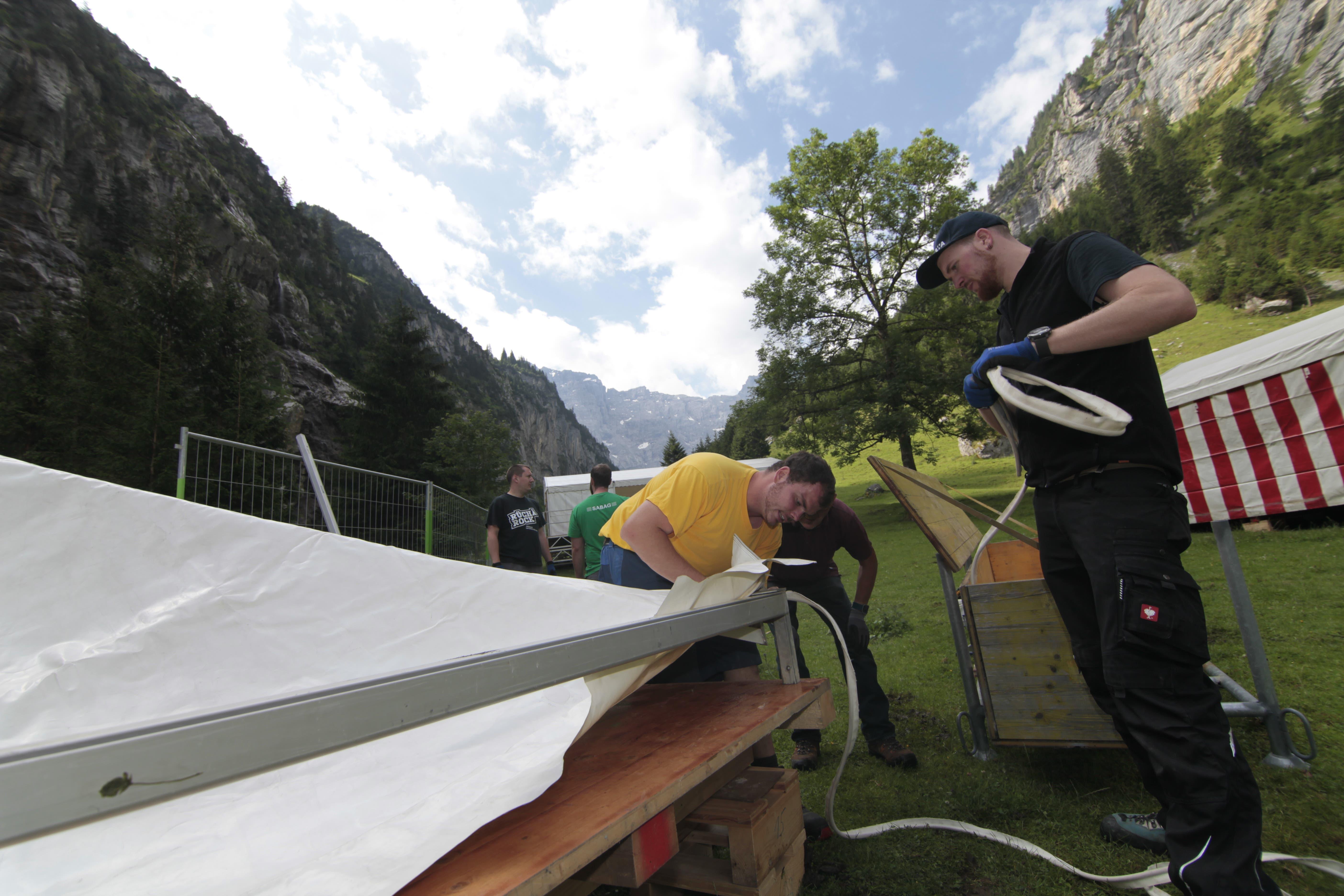 Die Helfer packen fleissig mit an. (Bild: Florian Arnold, 17. Juli 2019)