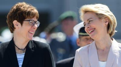 Die neue deutsche Verteidigungsministerin und CDU-Chefin Annegret Kramp-Karrenbauer (links) mit ihrer Vorgängerin Ursula von der Leyen, die neue EU-Kommissionschefin wird. (Bild: Clemens Bilan/EPA, Berlin, 17. Juli 2019)