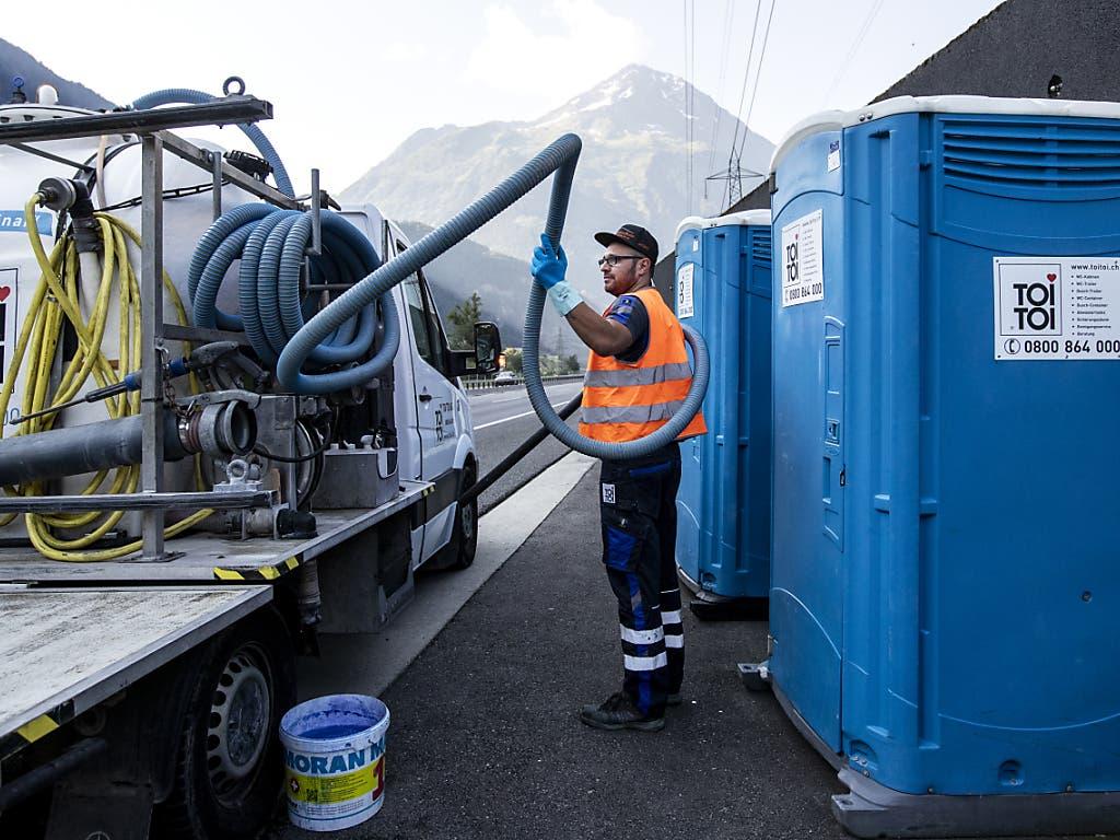Absaugen ist angesagt: Die mobilen Toiletten für Staugeplagte entlang der A2 vor dem Gotthard fassen rund 300 Liter. (Bild: KEYSTONE/ALEXANDRA WEY)