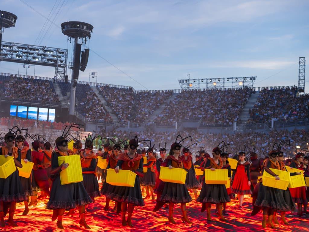 Knapp drei Stunden dauert die farbenfrohe Aufführung mit Hunderten von Darstellern. (Bild: Keystone/JEAN-CHRISTOPHE BOTT)