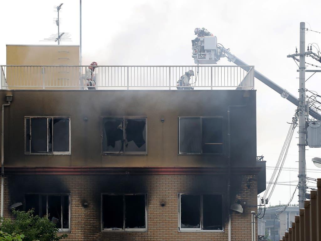 Feuerwehrleute suchen im ausgebrannten Filmstudio in Kyoto nach vermissten Menschen. (Bild: KEYSTONE/EPA JIJI PRESS)