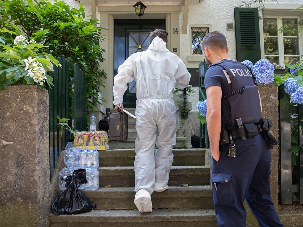 Ein Forensiker in einem Schutzanzug am Berner Kuhnweg. Hier wurde am Mittwochabend ein 36-jähriger Schweizer von der Polizei erschossen. (Bild: KEYSTONE/Peter Klaunzer)
