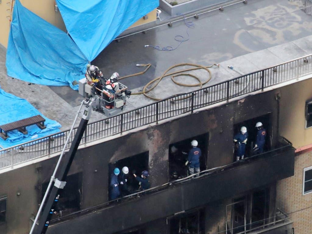 Die Feuerwehr war mit 35 Fahrzeugen im Einsatz, um den Grossbrand in einem Zeichentrick-Filmstudio im japanischen Kyoto zu löschen. (Bild: KEYSTONE/EPA JIJI PRESS)