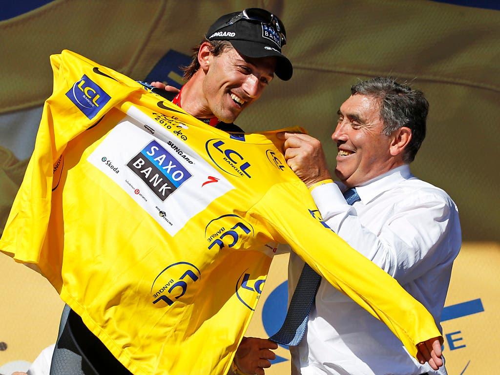 Fabian Cancellara trug das Maillot jaune an 29 Tagen und damit so oft wie sonst kein Schweizer. Hier bekommt er es im Jahr 2010 in Brüssel vom Belgier Eddy Merckx überreicht. Der fünffache Tour-de-France-Sieger fuhr zwischen 1969 und 1975 an insgesamt 96 Tagen in Gelb - Rekord (Bild: KEYSTONE/AP/Bas Czerwinski)