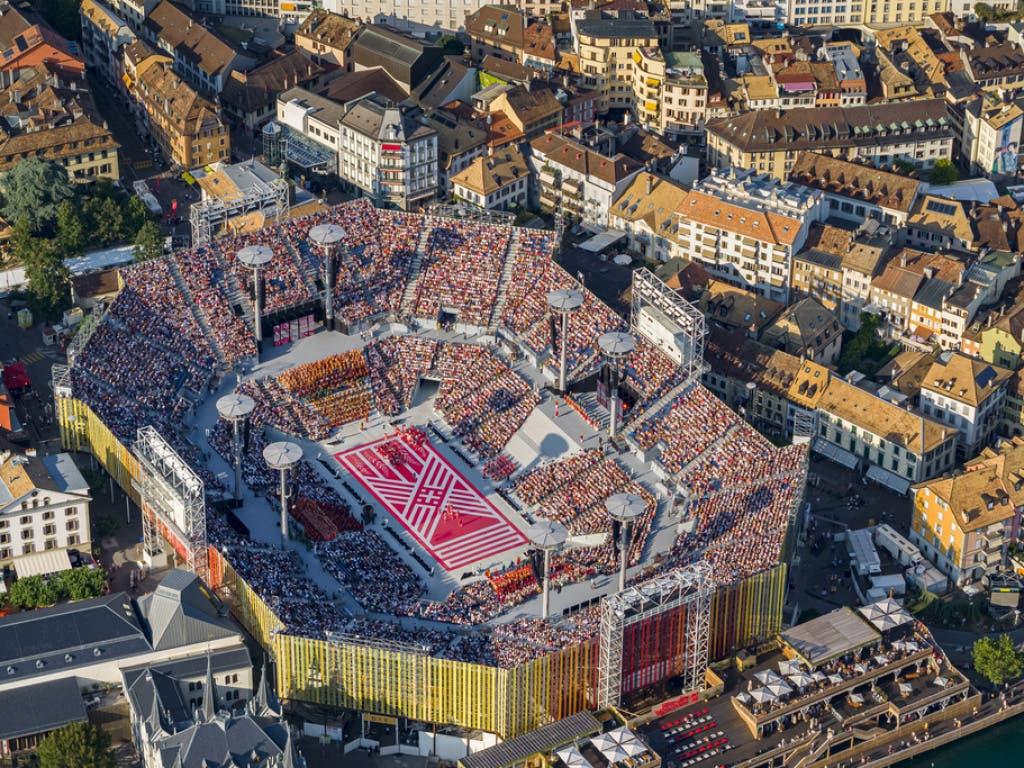 Das gigantische Stadion wurde eigens für das Fest aufgebaut und bietet Platz für 20'000 Zuschauer. (Bild: Keystone/VALENTIN FLAURAUD)