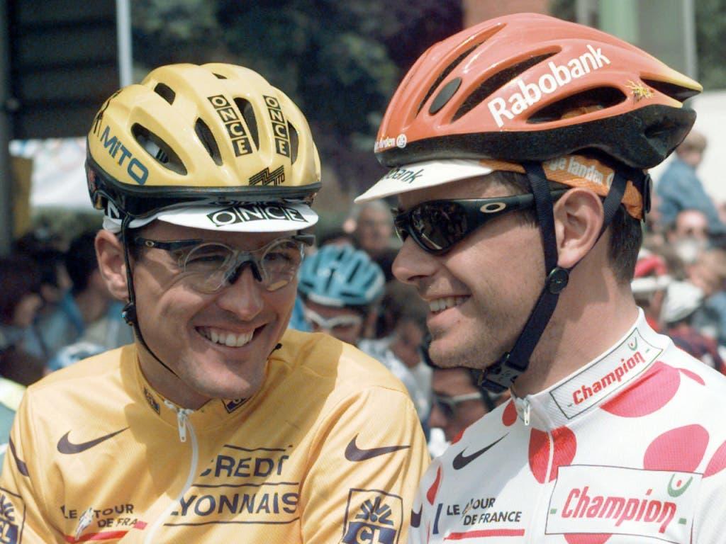 Alex Zülle gönnt sich vor dem Start einen lockeren Schwatz mit dem Neuseeländer Danny Nelissen. Der Ostschweizer war 1992 und 1996 während insgesamt vier Tagen im Maillot jaune unterwegs. Bis nach Paris trug er es allerdings nie. Die Tour de France beendete Zülle zweimal als Gesamt-Zweiter (Bild: KEYSTONE/AP/LAURENT REBOURS)