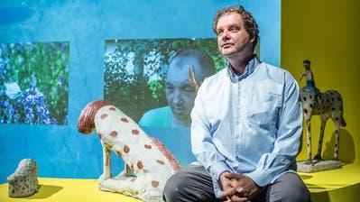 Konzeptkünstler Till Velten mit Skulpturen von Erich Bödeker. Im Hintergrund läuft eines von Veltens Videoporträts. (Bild: Andrea Stalder)