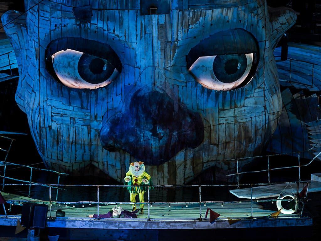 Die Bregenzer Festspiele zeigen in dieser Spielzeit erstmals Giuseppe Verdis «Rigoletto» auf der Seebühne. Vladimir Stoyanov verkörpert den Titelhelden Rigoletto. (Bild: KEYSTONE/APA/APA/DIETMAR STIPLOVSEK)