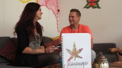 Christof Lehmann und Debora Büsser vor der GeniessBar. (Bild: Janine Bollhalder)