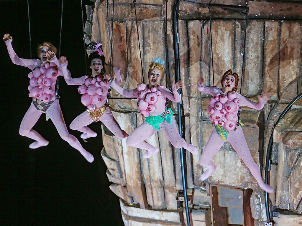Grosses Spektakel auf der Bregenzer Seebühne: Am Mittwoch feierte Giuseppe Verdis Oper «Rigoletto» Premiere bei den diesjährigen Bregenzer Festspielen. (Bild: KEYSTONE/EDDY RISCH)