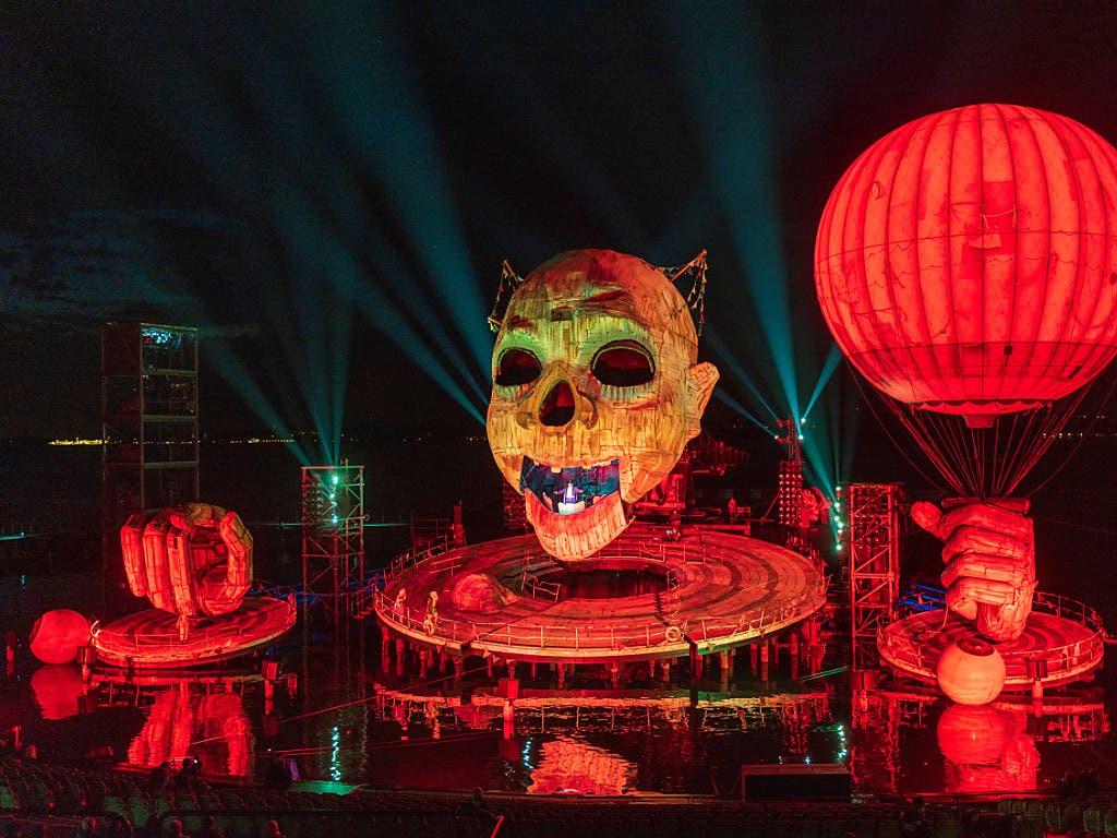 Grosses Spektakel auf der Bregenzer Seebühne. Die Oper «Rigoletto» feierte am Mittwoch Premiere bei den Bregenzer Festspielen. Die Bühne wird von einem gigantischen Clownkopf dominiert. (Bild: KEYSTONE/APA/APA/DIETMAR STIPLOVSEK)
