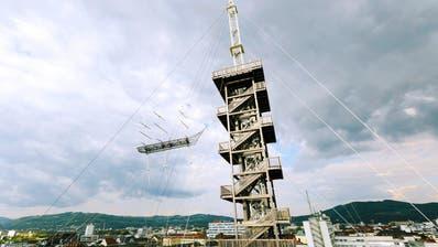 In Linz will die Kunst hoch hinaus: Der Künstler Alexander Ponomarev lässt über den Dächern sogar das Gerippe eines Segelschiffs schweben. (Bild: Florian Voggeneder)