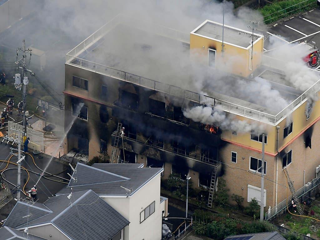 Bei einem mutmasslichen Brandanschlag auf ein Filmstudio in Japan sind mindestens 24 Menschen getötet worden. (Bild: KEYSTONE/AP Kyodo News)