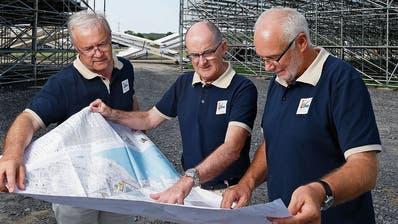 Von links: Erich Scherer, Reto Steinmann und Sepp Käppeli auf dem Festgelände. (Bild: Stefan Kaiser, Zug, 17. Juli 2019)