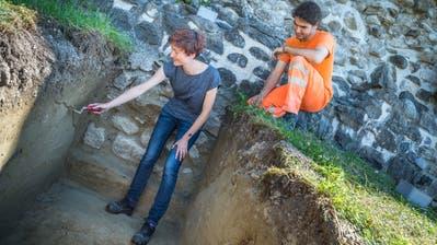Archäologin Iris Hutter zeigt einem Mitarbeiter des Restaurationsteams mit einer Kelle eine wichtige Baulinie. (Bilder: Andrea Stalder)