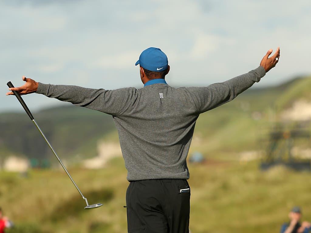Ein etwas zynischer Jubel von Tiger Woods: Erst am 16. Loch ist ihm das erste Birdie der Runde geglückt (Bild: KEYSTONE/AP/JON SUPER)