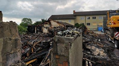 Nach dem verheerenden Brand in der alten Turnhalle im Dorfzentrum von Güttingen mussten aus Sicherheitsgründen mehrere Wände abgebrochen werden. (Bild: Martina Eggenberger Lenz)