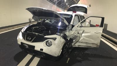 Beide Insassen des Personenwagens verletzten sich beim Unfall. (Bild: Kantonspolizei Schwyz, Brunnen, 1. Juli 2019)