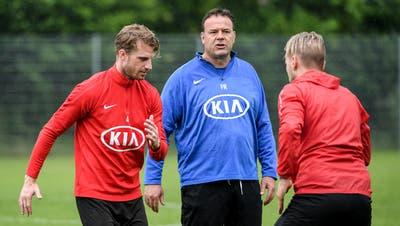 Aarau-Trainer Patrick Rahmen (Mitte) im Training mit Nicolas Schindelholz (links) und Markus Neumayr. (Bild: Daniela Frutiger/Freshfocus, Aarau, 22. Juni 2019)